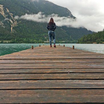 Wandelen op de Gaisalmsteig aan de Achensee in Oostenrijk