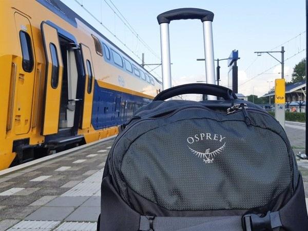 De Sojourn 80 van Osprey bij de trein